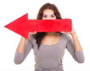 Vrouw met rode pijl naar links.
