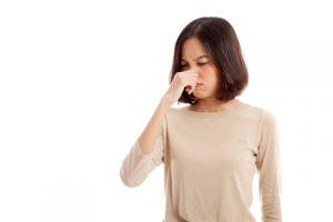 Vrouw die stinkende bank ruikt